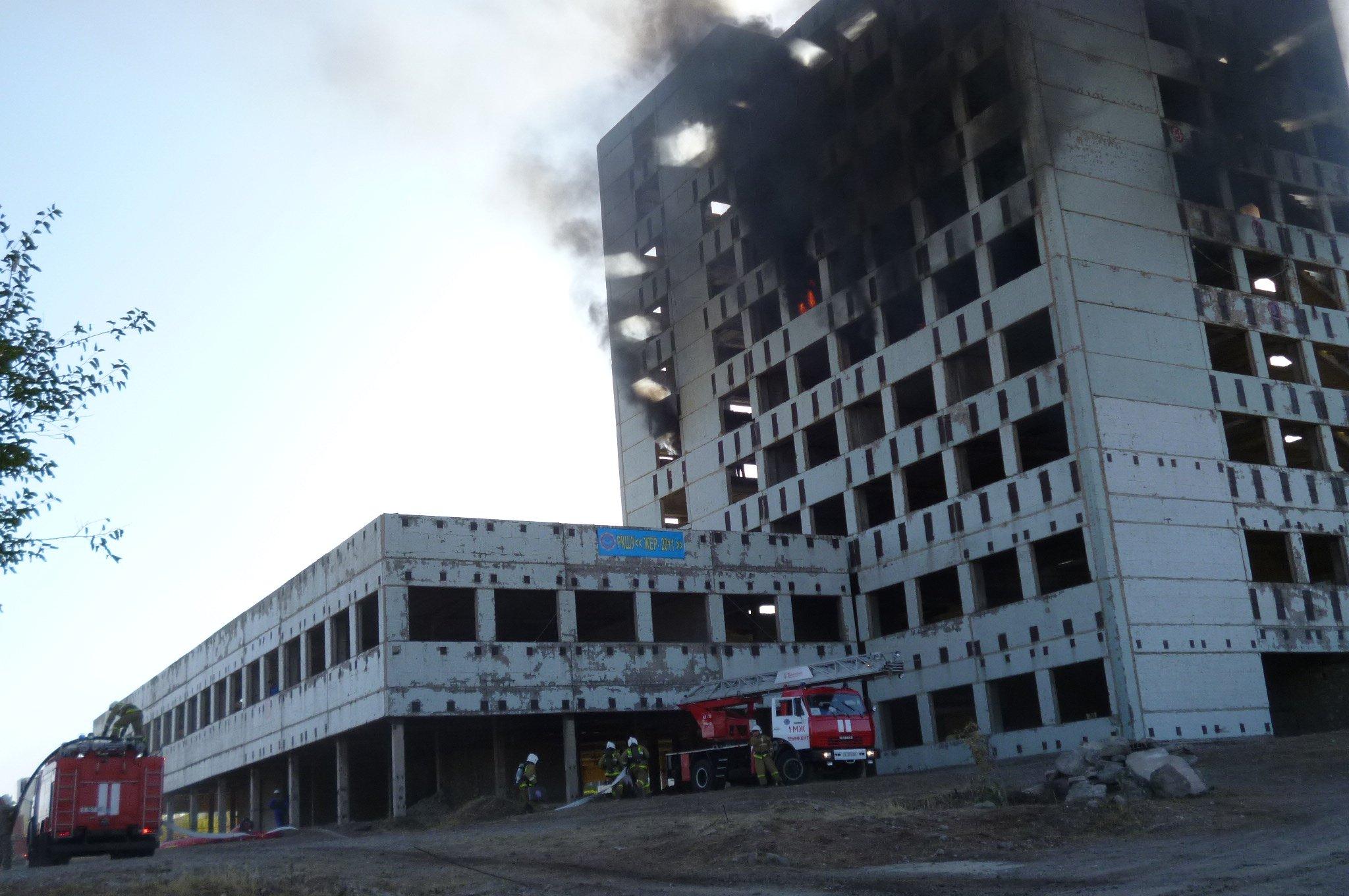 Пожарные расчеты первыми приступили к ликвидации бедствия