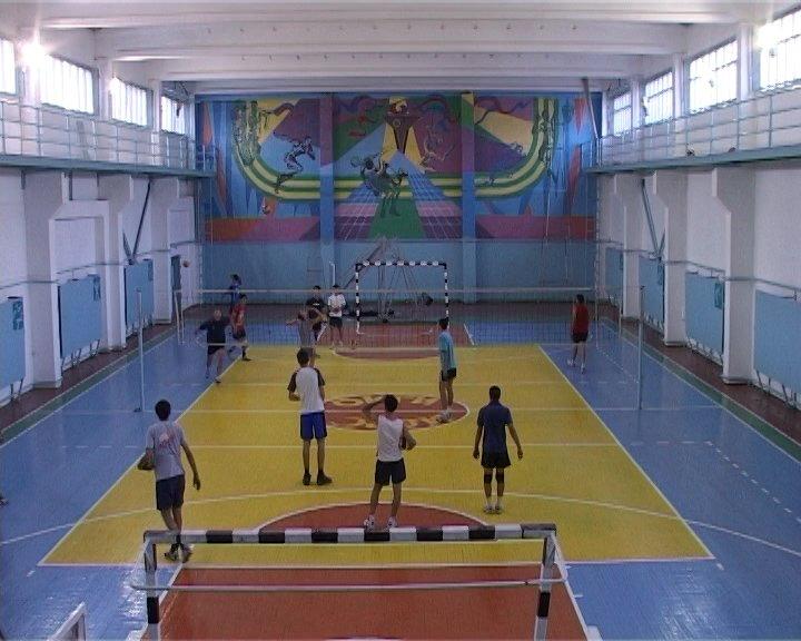 """В этом году волейболистам """"подарили"""" новый зал."""