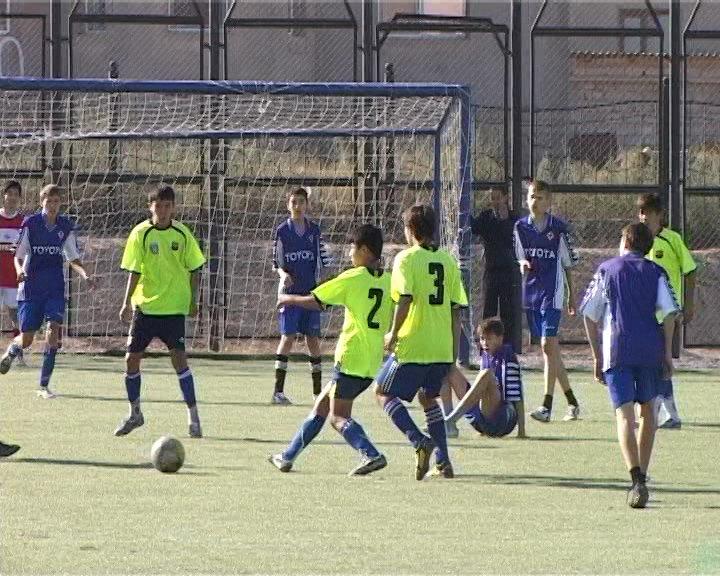 Юные футболисты 64 школы удерживали лидерство до конца матча с 15 школой.