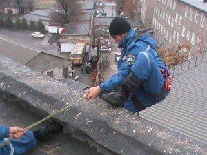 Сотрудник ОСО идет на помощь пострадавшему