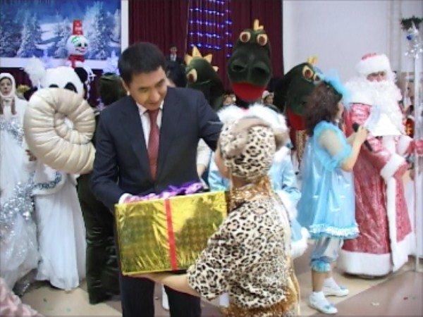 Каждому ребенку вручили подарок