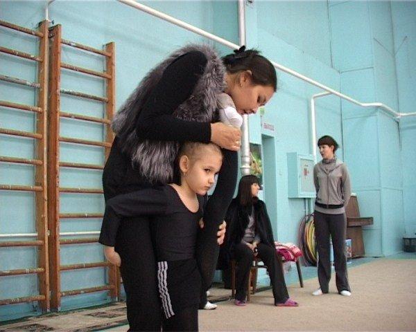 Алия Юсупова проверяет гибкость детей