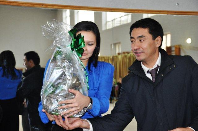 Алия Юсупова получила в подарок от акима города памятный сувенир