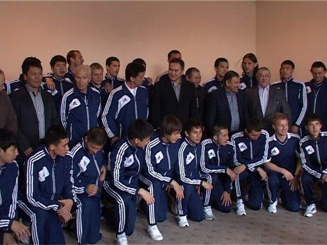 """Футболисты """"Ордабасы"""" с акимом ЮКО Аскаром Мырзахметовым"""