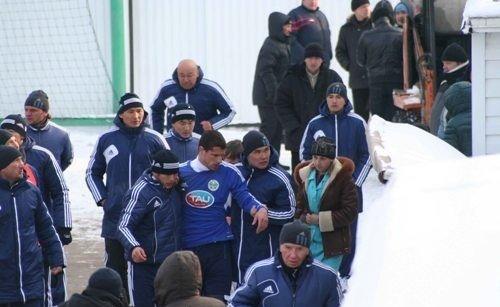 """После удара нападающий """"Ордабасы"""" долго не мог прийти в себя. Фото с сайта caspionews.kz"""