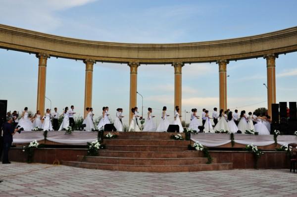 Весенний бал состоялся на аллее Шамши Калдаякова в Шымкенте