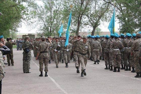 Прощальное шествие выпускников со своими командирами