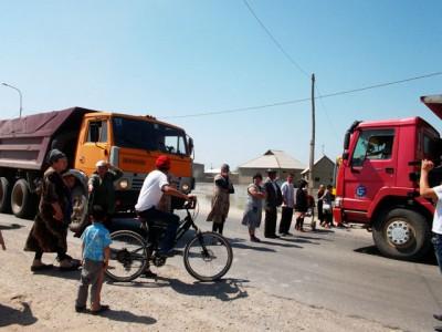 Алматинская трасса. Отчаявшиеся жители мкр Самал-3 перекрыли дорогу