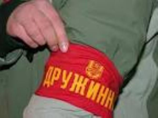 Каждому общественнику положена повязка (фото с сайта www.vu.ua.)