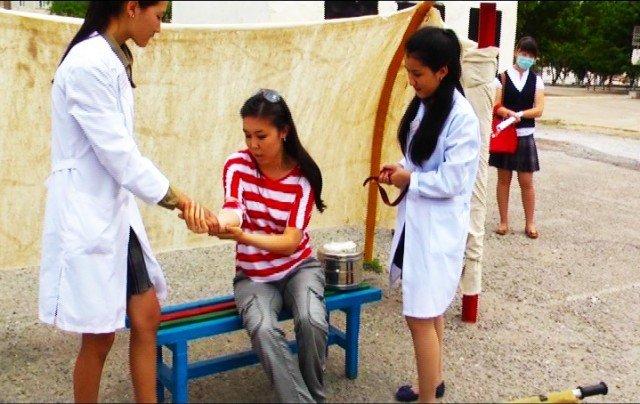 Медсестры оказывают первую медицинскую помощь