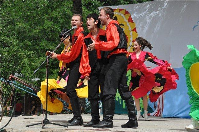 Русские национальные песни, да танцы украсили сцену городского парка