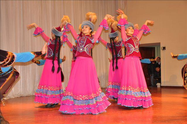 В программу ансамбля входит более 30 танцев разных народов