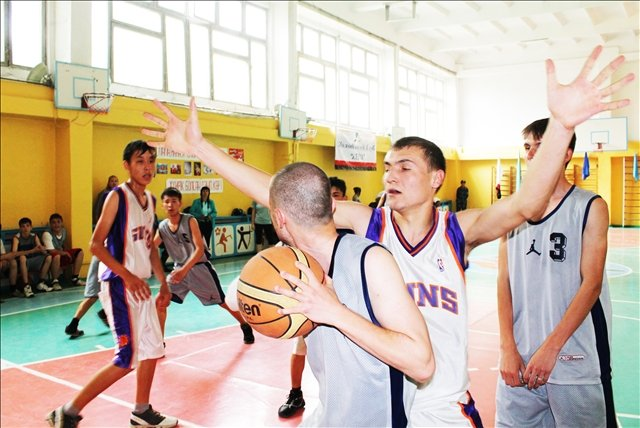 Игрок школы №33 блокирует нападающего школы №43
