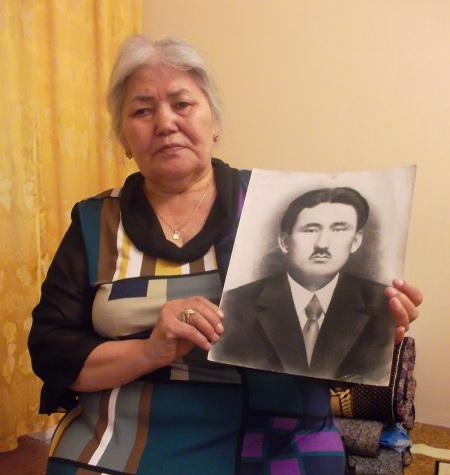 Улжан Отарбаева с фотографией отца