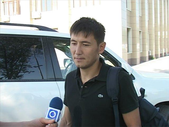 Фархадбек Ирисметов на фоне своего авто