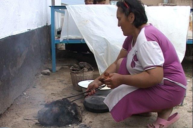 С раннего утра Бибажар Базарбаева на ногах, нужно накормить детей