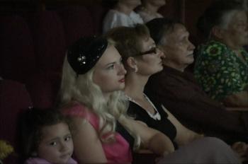 Кресла в зрительном зале все чаще занимают молодые люди