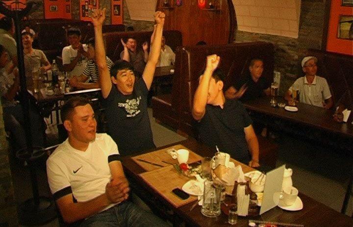 Шымкентские болельщики в спорт-баре