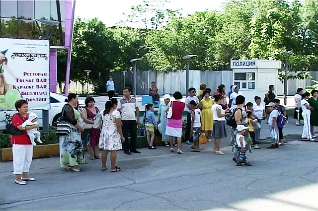 Родители провожают своих детей в лагерь