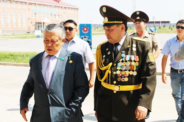 Алибек Сарсенов встречает генерал-лейтенанта Бахытжана Ертаева