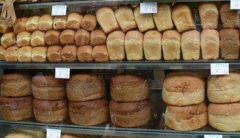 Хлеб на полках в магазинах