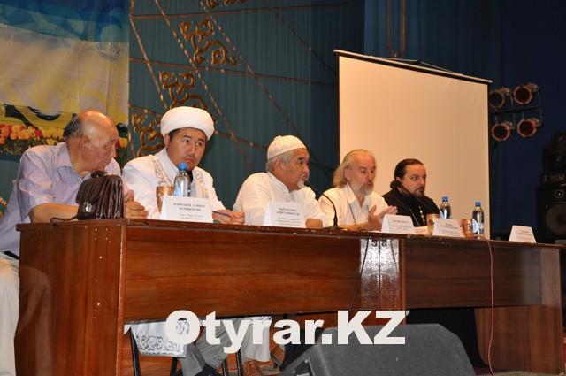 На вопросы зрителей отвечали и представители духовенства Шымкента