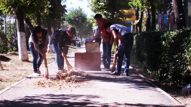 Студенты колледжей подметают тротуары ул. Байтурсынова