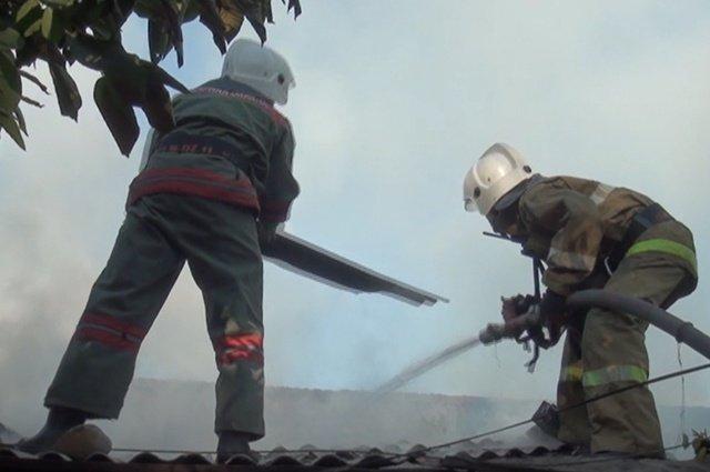 Пожарным пришлось разбирать крышу хозпостроек