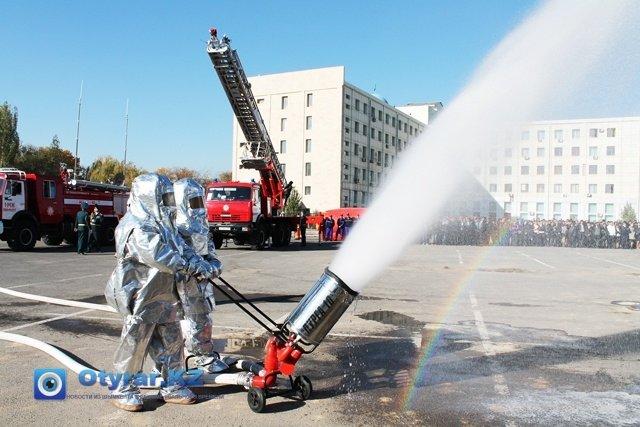 """Пожарные в специальной экипировке """"ТОК-800"""" демонстрируют оборудование """"Пурга 10"""""""