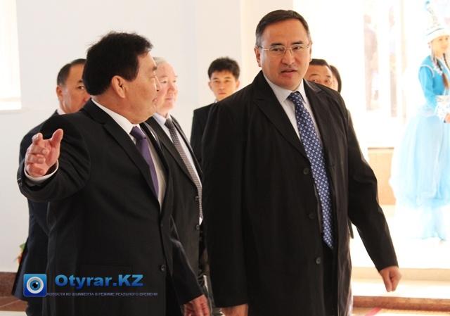 Оналбай Аяшев, ректор ЮКГПИ встречает акима ЮКО Аскара Мырзахметова