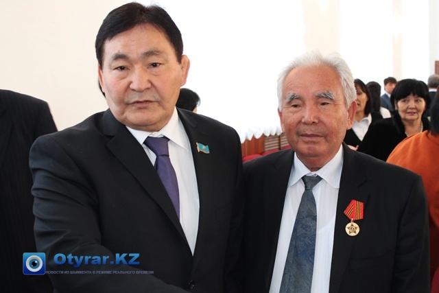 Жузбай Кыргызбаев на фото рядом с ректором ЮКГПИ