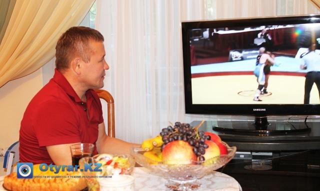 Аскар ага смотрит видео, выступление на чемпионате мира 2012 года, в Будапеште