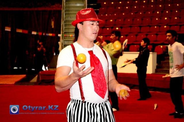 Жанглер областного цирка на репетиции