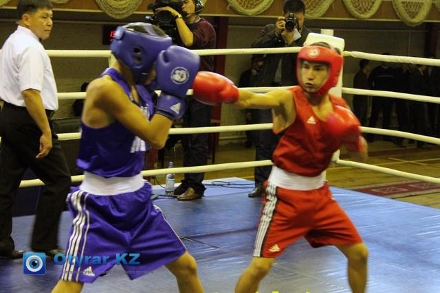 В красной майке боксер из ЮКО - Ержан Жомарт, в синей майке жамбыльский боксер - Жалгас Сейдахан.