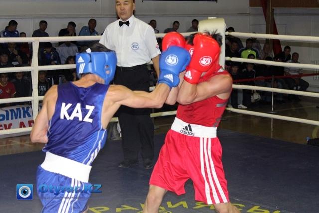 Хук правой в исполнении Олжаса не пробивает блок Шымкентского боксера.