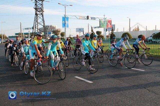 Первыми стартовали велогонщики