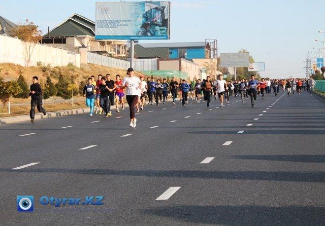 Участники марафона бегут по бульвару Кунаева. Специально для них, дорожные инспекторы перекрыли улицы.