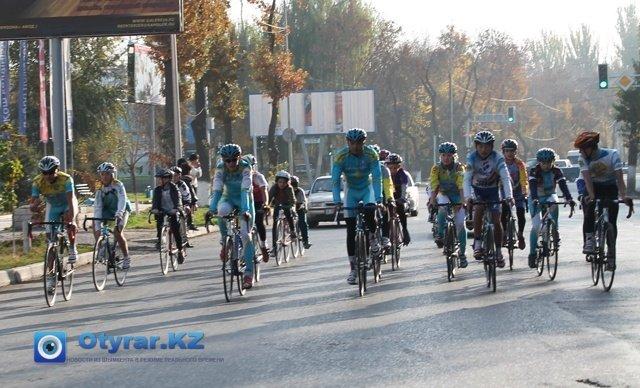 Тем временем, не спеша велогонщики, по улице Туркенстанской, приближаются к финишной прямой