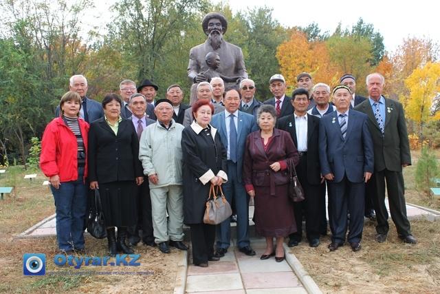 Перед посадкой деревьев, ветераны решили сфотографироваться с Женисбеком Мауленкуловым на фоне памятника