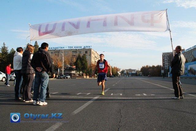 Максим Старчевой первым пересекает финишную линию