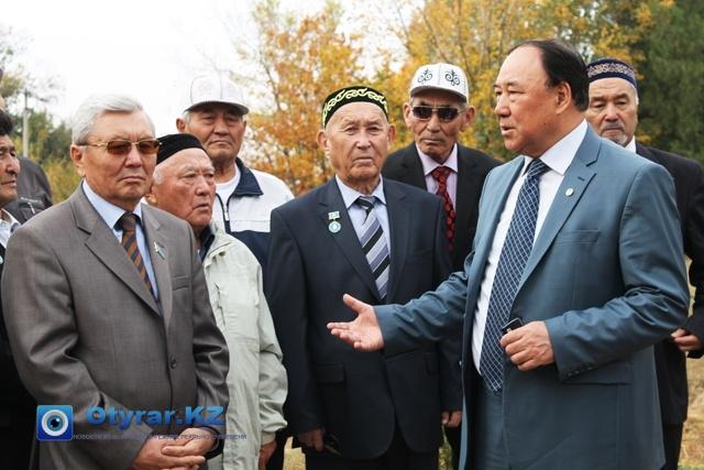 Председатель союза ветеранов по ЮКО, рассказывает гостям о становлении дендропарка