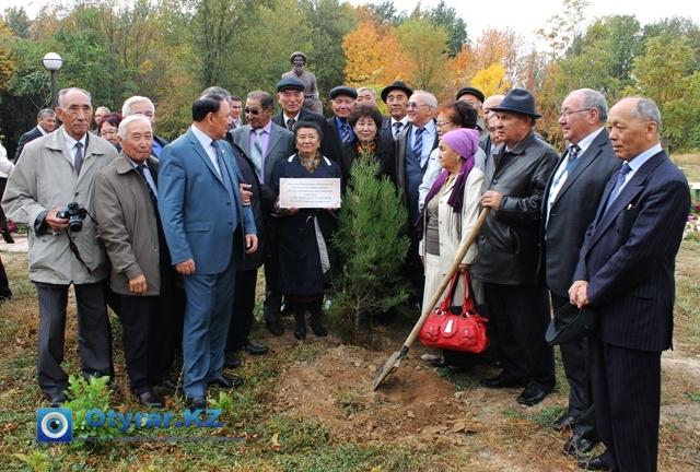 Делегация из Кызылординской области посадили свое дерево в дендропарке