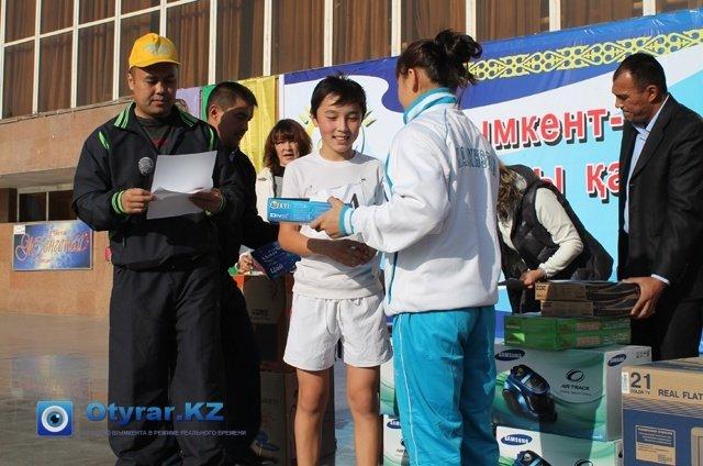 Награждение самого маленького участника марафона