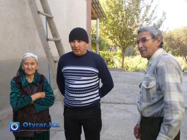 Курбан Сейдахметова и ее сын Равшан благодарят Бабура Кентаева (в центре)