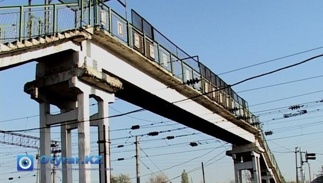 Пешеходный мост над железной дорогой давно устарел