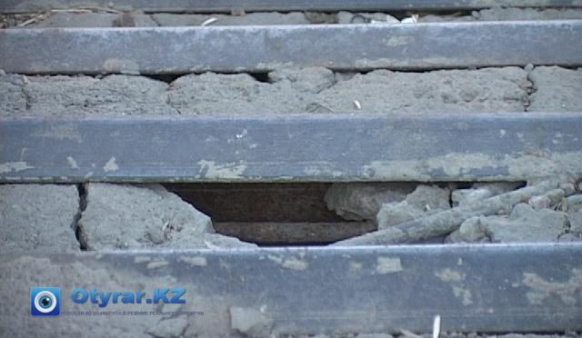 """Трещины """"украшают"""" лестницу моста"""