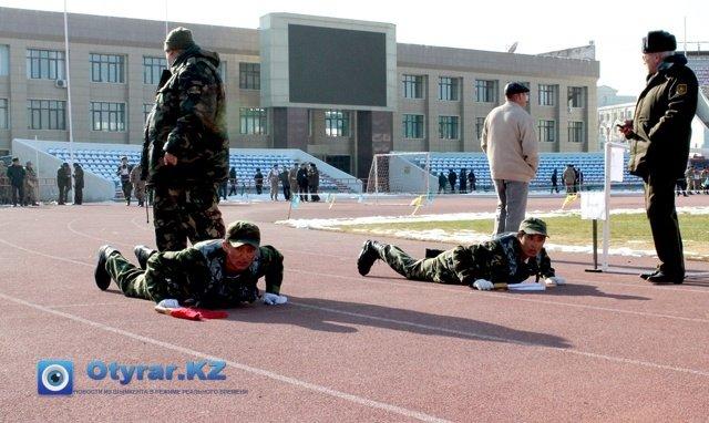 Стартовали парни. с лежачего положения.  В первом, участники должны были пробежать 100-метровку в бронежилетах.