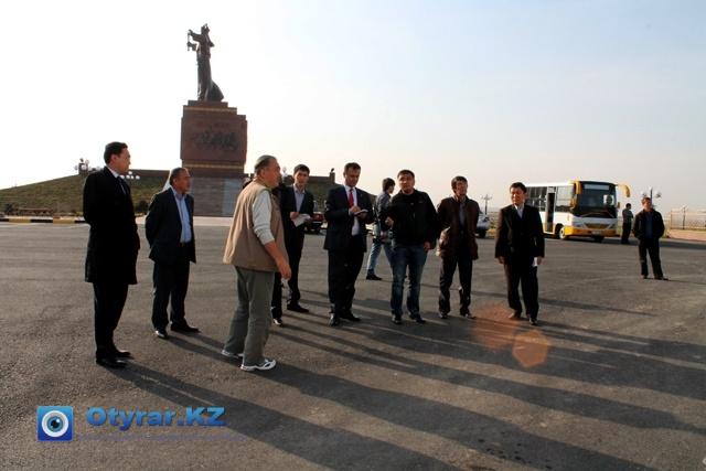 Делегация собралась возле памятника Байдибека би