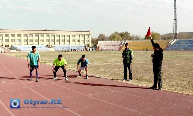 Перед стартом забега на дистанцию в 400 метров
