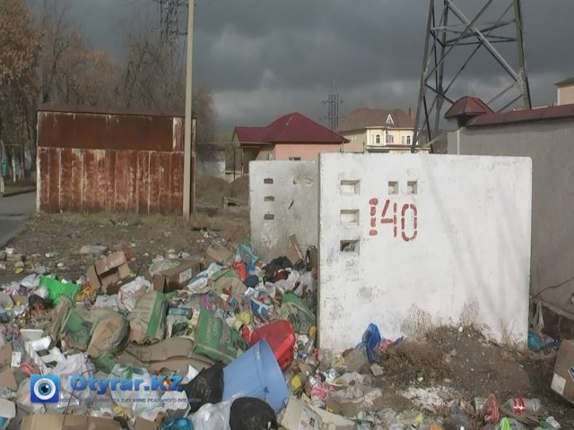 Жители района Водоканала вот уже месяц не могут добиться уборки двора, где живут пенсионеры, инвалиды.